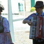 Diana Ceriani di Cabiaglio, in costume bosino,ha invitato gli ospiti a cantare