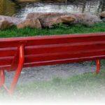 Una panchina rossa a dimostrazione di quanto il tema della violenza sulle donne sia caro all'amministrazione comunale