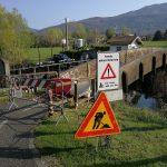 Bardello – Un segnale di pericolo all'imbocco del ponte in legno