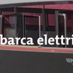 Una imbarcazione a propulsione elettrica sulla acque del lago di Varese.