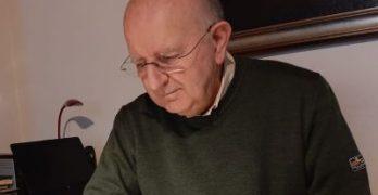 La mattina dalle 5 alle 7 don Silvio Bernasconi dedica le ore allo studio e alla scrittura