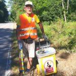Ermanno Masseroni di Cuvio ha pulito la strada provinciale che da Orino va verso Caldana