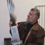 L'artista comeriese Angelo Maineri ha realizzato l'opera scultorea che verrà consegnata a Lewis Hamilton